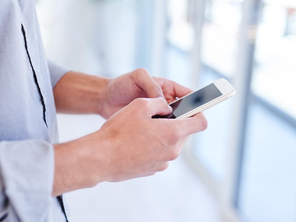lekarz trzymający telefon